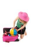 Verpacken des Koffers durch eine junge Frau Lizenzfreies Stockfoto