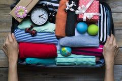 Verpacken eines Gepäcks für eine neue Reise Stockbild