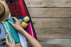 Verpacken eines Gepäcks für eine neue Reise und eine Reise stockbilder