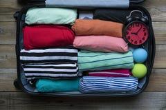 Verpacken eines Gepäcks für eine neue Reise und eine Reise Stockbild