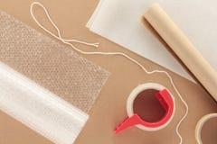Verpacken-Materialien mit Zeichenkette lizenzfreie stockfotos