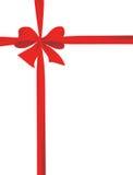 Verpacken mit einem roten Farbband mit einem Bogen Lizenzfreies Stockbild
