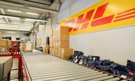 Verpacken Sie Kästen für Lieferung im DHL-Lagerhaus Lizenzfreies Stockbild