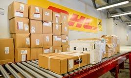 Verpacken Sie Kästen für Lieferung im DHL-Lagerhaus Lizenzfreies Stockfoto