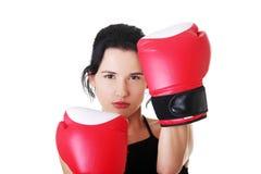 Verpackeneignungsfrau, die rote Handschuhe trägt. Stockbilder