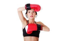 Verpackeneignungsfrau, die rote Handschuhe trägt. Lizenzfreie Stockfotografie