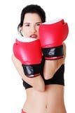 Verpackeneignungsfrau, die rote Handschuhe trägt. Stockfoto