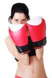 Verpackenfrau, die rote Verpackenhandschuhe trägt. Lizenzfreie Stockfotos