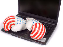 Verpackenhandschuhe und der Laptop Stockfoto