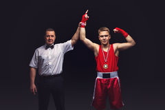 Verpackenreferent gibt dem jungen Boxer Medaille Stockfoto