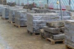 Verpackte alte Ziegelsteine an einer Baustelle Lizenzfreies Stockbild