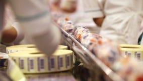 Verpackte Eiscreme auf dem Gurt stock footage