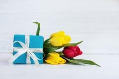 Verpackte Geschenk- und Frühlingsblumen Konzept des Feiertags, Geburtstag, lizenzfreies stockbild