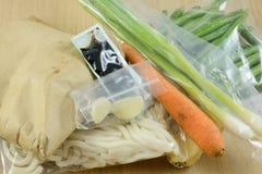 Verpackte Nahrungsmittel in der Mahlzeitlieferungsausrüstung lizenzfreies stockbild