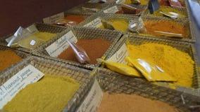 Verpackte traditionelle Würzen und Kräuter verkauft am Gewürzspeicher oder am lokalen Markt stock footage