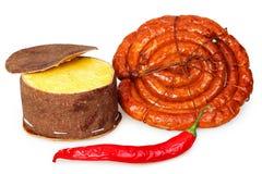 Verpackter Käse, geräucherte Wurst und roter Pfeffer Stockfotos