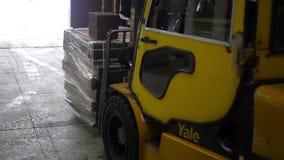 Verpackter Ziegelstein auf LKW stock video