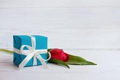 Verpacktes Geschenk und rote Tulpe Konzept des Feiertags, Geburtstag, Easte stockfoto