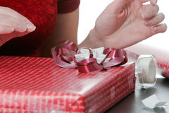 Verpackung der Feiertags-Geschenke Lizenzfreie Stockfotos