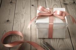 Verpackung der Geschenkbox mit Weinlese-Effekt Stockbild