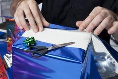 Verpackung der Geschenke Stockfoto