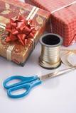 Verpackung des Geschenks für die Feiertage Lizenzfreies Stockfoto