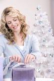 Verpackung des Weihnachtsgeschenks Stockfoto