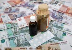 Verpackung von Drogen liegen auf dem russischen Papiergeld Lizenzfreies Stockbild