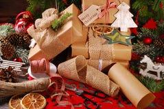 Verpackung von Weihnachtsgeschenken in eco Papier Stockbild