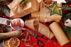 Verpackung von Weihnachtsgeschenken in eco Papier Lizenzfreie Stockfotos