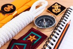 Verpackungschecklisten für Pfadfindercamping-ausflüge, Reiseferien, Spott herauf Nahaufnahme auf Holztisch Stockbilder