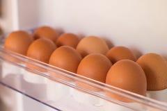 Verpackungseier in einer Pappschachtel Eier im Kühlschrank Lizenzfreie Stockbilder