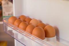 Verpackungseier in einer Pappschachtel Eier im Kühlschrank Stockbilder