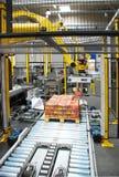 Verpackungsfließband mit Roboter Stockfotografie