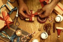 Verpackungsgeschenkhandweihnachtsholz Stockfotografie