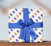 Verpackungskasten band ein blaues Band Stockfoto