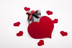 Verpackungskasten und viele Herzen Lizenzfreie Stockfotografie