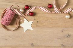 Verpakkende de leveringslinten van de Kerstmisgift, de streng van de bakker en decoratie stock afbeelding