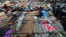 Verpakkende die draagstoel in blokken voor verder recycling wordt gedrukt en wordt gestapeld stock footage