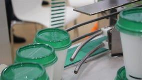 Verpakking en etiketmachine voor koppen stock footage