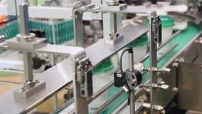 Verpakking en etiketmachine voor koppen stock videobeelden