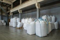Verpakking en opslag van biokorrels Gekorrelde houten brandstof, biokorrels stock fotografie