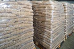 Verpakking en opslag van biokorrels Gekorrelde houten brandstof, biokorrels stock foto's