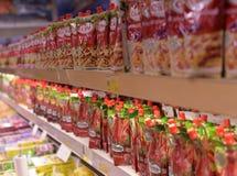 Verpakking met ketchup in de opslag Royalty-vrije Stock Foto's