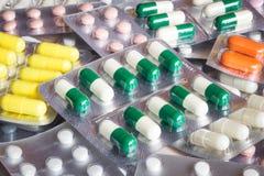 Verpakking van pillen en capsules geneesmiddelen stock foto