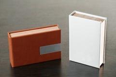 Verpakking voor USB-aandrijving Houten dozen met usbstok op donkere houten achtergrond Royalty-vrije Stock Afbeelding