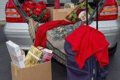 Verpakkingsauto met Kerstmisgiften, koffers klaar om voor de vakantie weg te gaan royalty-vrije stock afbeelding
