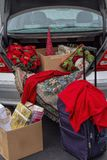 Verpakkingsauto met Kerstmisgiften, koffers klaar om voor de vakantie weg te gaan royalty-vrije stock fotografie