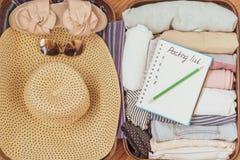 Verpakkingslijst of reisontwerper Voorbereidingen treffend voor vakantie, reis of tocht stock foto