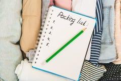 Verpakkingslijst of reisontwerper Voorbereidingen treffend voor vakantie, reis of tocht stock afbeelding
